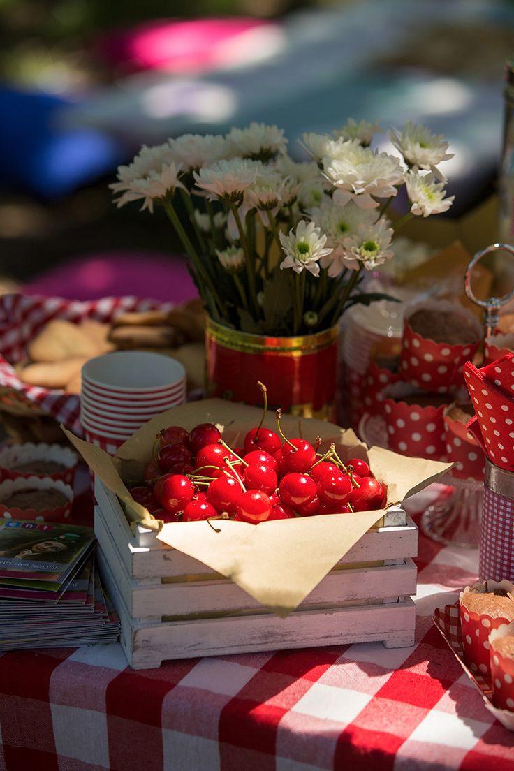 Cassettine in legno bianco per ciliegie o altra frutta, e anche qualche barattolo di latta con i fiori - ogni piccolo dettaglio è importante per un allestimento picnic