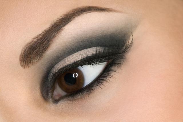 Tips de maquillaje: Quítate 10 años sin pasar por el quirófano: 4. Aplica siempre una sombra clara bajo el arco de las cejas