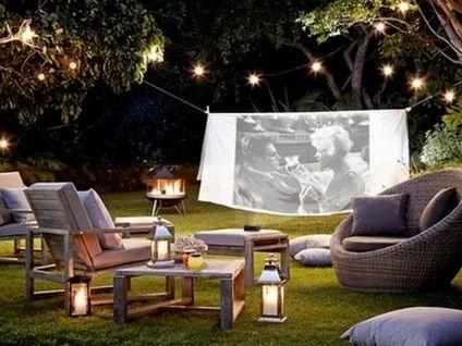 Удобный и комфортный для семейных просмотров любимых фильмов - кинотеатр на открытом воздухе.  #JardinGenial #ландшафтный_дизайн  #Озеленение #Освещение #Полив #Постройки_на_участке