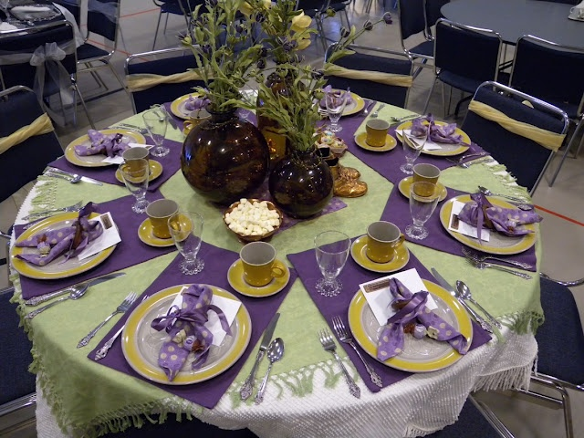 Clever way to use place mats for round table!