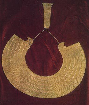 Сокровища гробницы Тутанхамона :: Золотой воротник с двумя головами соколов на концах
