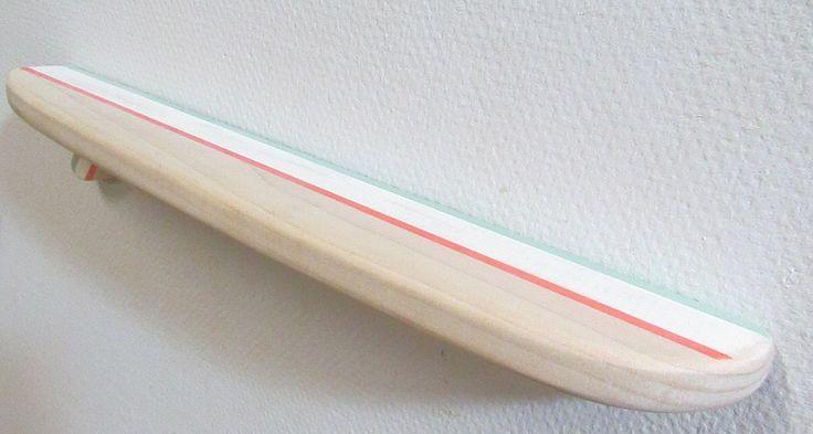 Haute qualité, plateau de planche de surf de peuplier massif peint avec des couleurs beachy (corail, le verre de mer et vanille). La peinture est poncée pour obtenir un effet sunbleached. Cette planche peut être utilisée comme décoration ou une étagère pour afficher vos trésors de plage. Il mesure 18 pouces de long par 3 pouces de large. Il est livré avec tout le matériel nécessaire pour monter sur le mur. Facile à installer avec deux vis (fournie). Le Conseil est fini avec plusieurs couches…