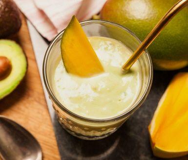 Frusen mango är en riktig hit i smoothies! Mixa ingredienserna och häll upp i favoritglaset. Njut med sugrör (eller utan). Lägg gärna i några isbitar och frysta eller färska mangobitar innan du serverar. Enklet och svalkande!