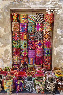 Mochilas Wayúu elaboradas a mano por indígenas colombianos, cada pieza es única y por eso se considera una obra de arte.