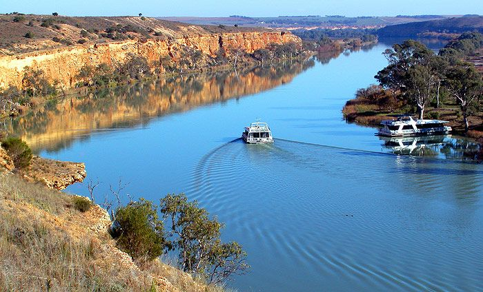 Luxury Houseboats Hire for the Murray River that flows through the centre of lower Southern Australia. Please call us now at: 0418 810 110 or visit www.whitehouseboats.com.au for more information.