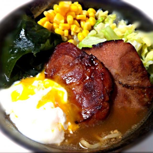 昨日の夕飯は、お義母さんが北海道のお土産で買って来てくれたラーメン✨ 生麺と3種類のスープが入ってるタイプのお土産麺~(・ω・*)  その中から、塩ラーメンをチョイス 今回はトッピングとして、チャーシュー,わかめ,茹でキャベツ,コーン,温玉を用意。 具沢山で食べ応えもばっちり(* ´ 艸 ` ) 美味しかった~♥o(^▽^)o - 42件のもぐもぐ - 塩ラーメン(・ω・*) by Naaachi