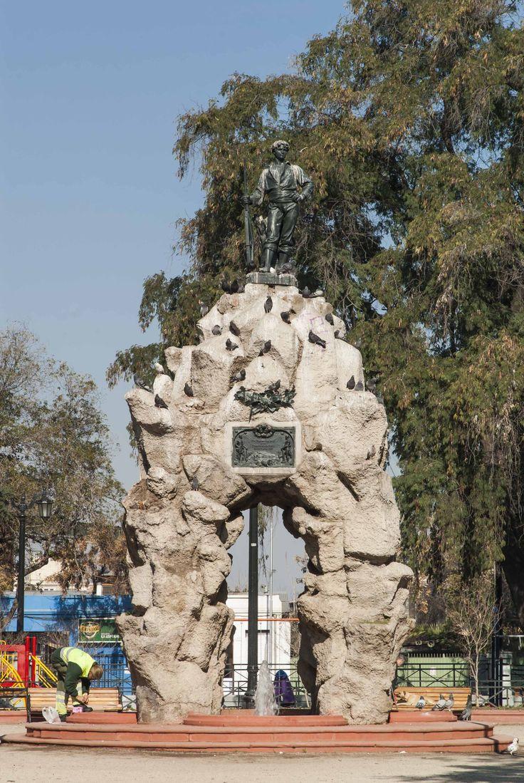 """Monumento al Roto Chileno en Plaza Yungay @Barrio_Yungay ; obra del escultor Virginio Arias . Se puede leer en la inscripción la siguiente frase :""""Chile agradecido de sus hijos por sus virtudes cívicas i [sic] guerreras."""""""
