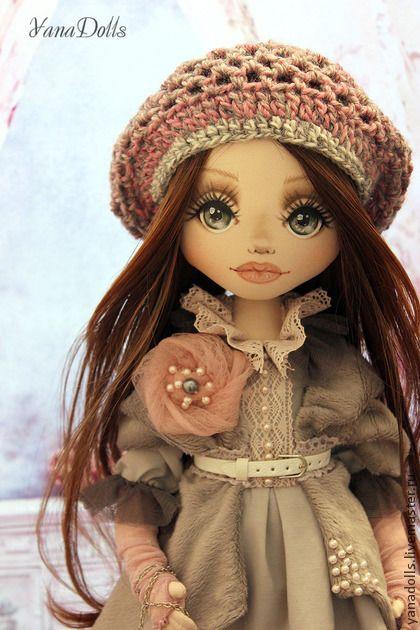 Даша. РЕЗЕРВ Текстильная куколка Даша, 47 см. Ручки гнутся, голова наклоняется,волосы можно расчесывать и заплетать. Стоит с помощью подставки, сидит с опорой. Даша одета в жемчужно-серое платье с нежно-розовыми кружевами,…