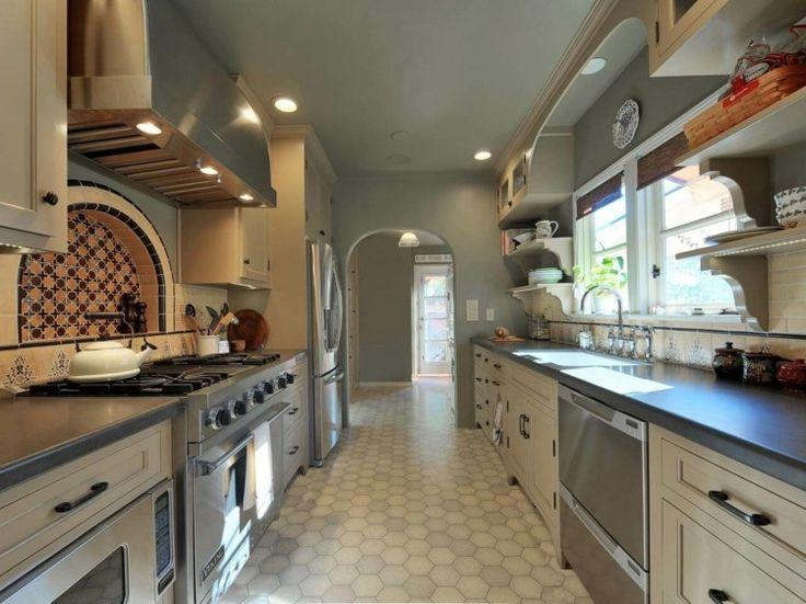 Landhaus Küche in einem schmalen Raum gestalten