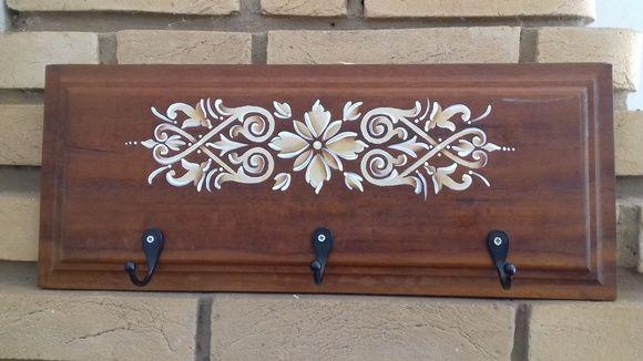 Cabideiro em madeira pintado à mão. Excelente recurso para pendurar bolsas, chaves e casacos.