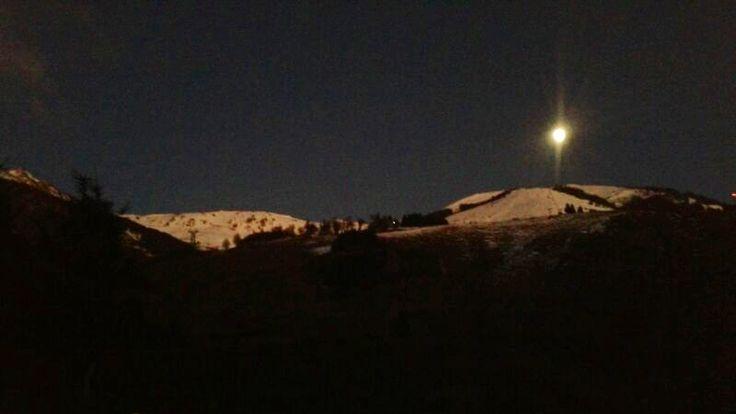 Buen Dia!! 7° la temperatura actual. Hoy subimos tempranito al cerro, todavía la luna iluminaba la cima del catedral. Ahora subiendo en la séxtuple, en un ratito foto de las pistas.   Foto: www.Bariloche.Org // Bariloche en Internet