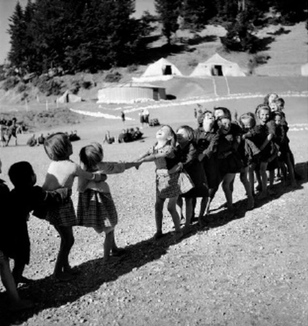 Παιχνίδι σε κατασκήνωση. 1945-1946