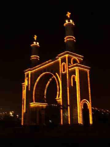 Lima bei Nacht, maurisch geprägtes Monument in Lima, mit Lichterketten.   mfg. das Peru Reise Team.