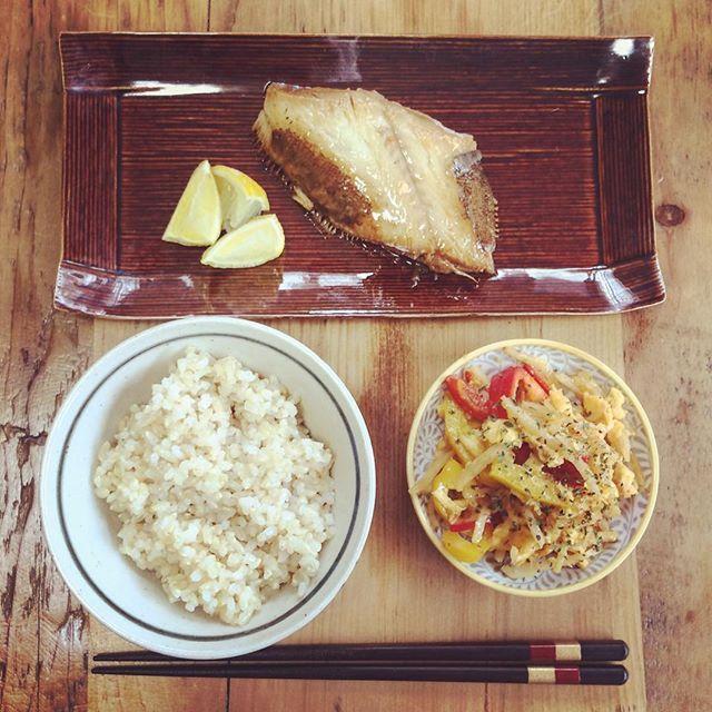 初めて。  熱中症になりましたw めっちゃ頭痛いの!  水分たくさんとって、 半日以上寝たら、 少しよくなったので  栄養たっぷりのお昼。 サラダが少ないから 夜はたっぷり摂ろう〜! みなさんもお気をつけて!( ; ; )  #初めて #熱中症 #夏 #行事 #栄養 #魚 #カレイ #中華炒め #玄米 #ランチ #summer #holiday #rilax #lunch #cooking #cook #sunday #instagood #yokoyummy #instacook