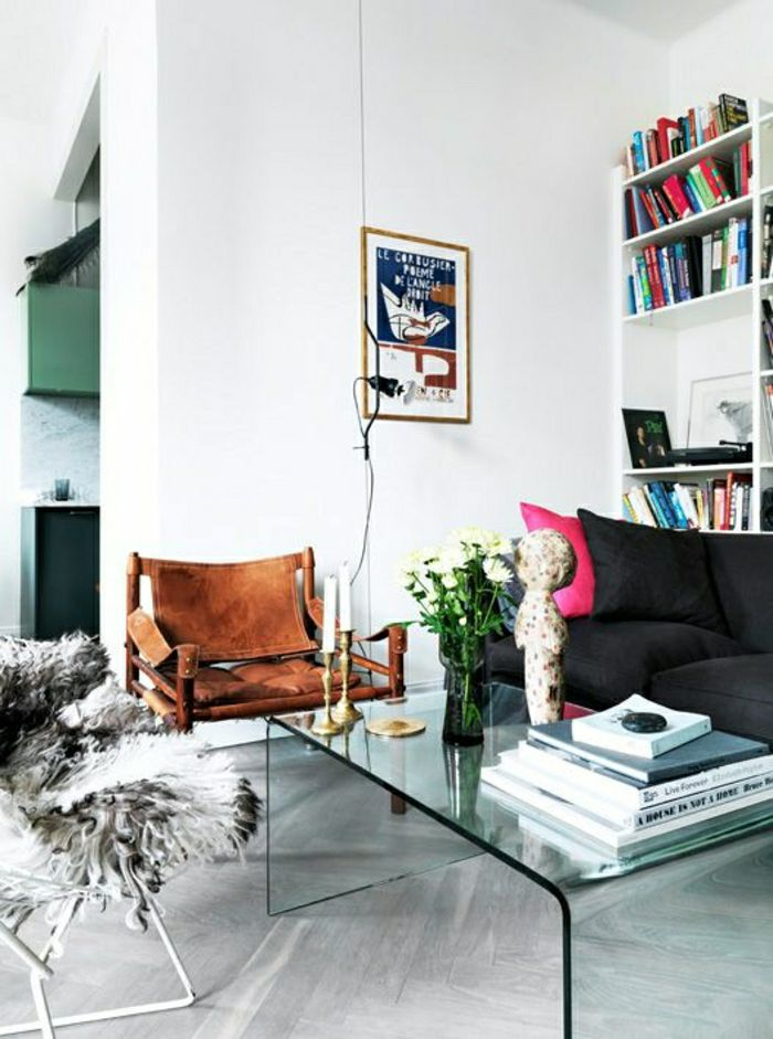 table basse fly en verre pour le salon avec parquet gris et fleurs