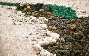 Fiume, installazione, fibra riciclata, sassi di marmo e sabbia, cm 800x150, 2016  Fiume, installation, recycled fiber, marble stones and sand, cm 800x150, 2016