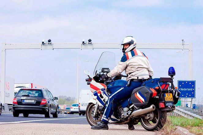 De Koninklijke Marechaussee heeft dinsdag tijdens een controle Mobiel Toezicht Veiligheid op de A37 bij Klazienaveen een man aangehouden met valse papieren.