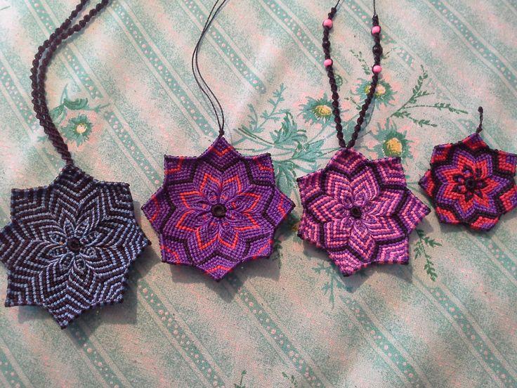 Collares y llaveros de mandalas en macrame hechos con hilo encerado brasileño. Mandala necklace