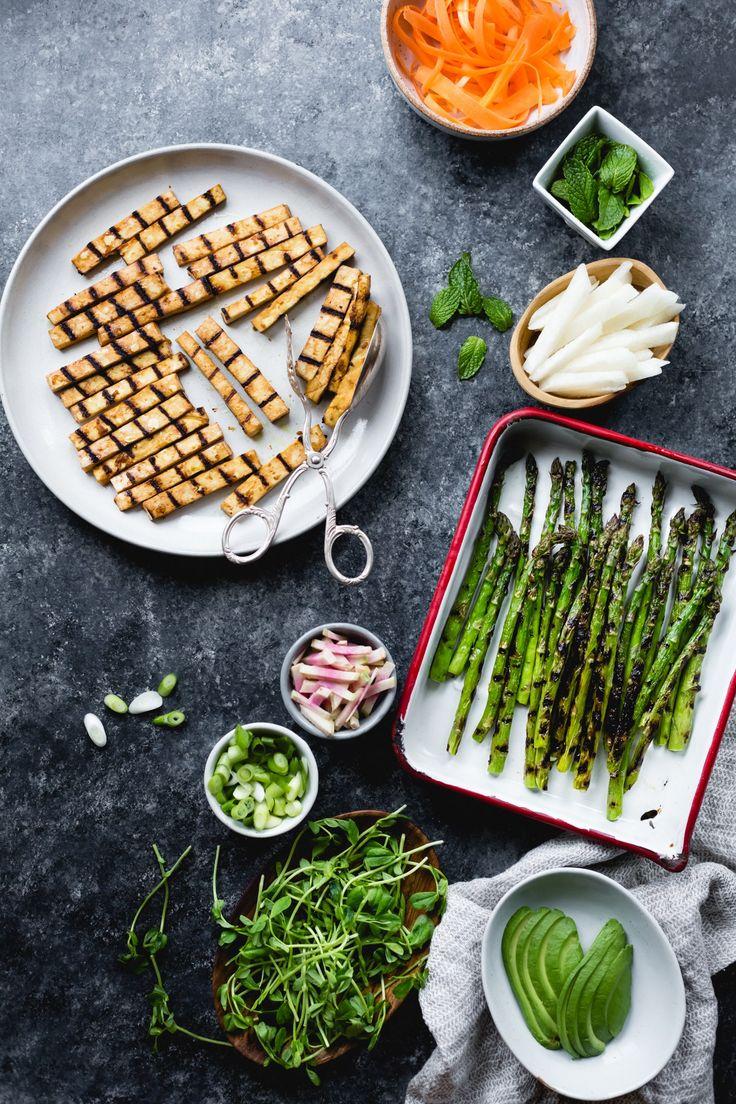 Involtini primavera di asparagi alla griglia e tofu