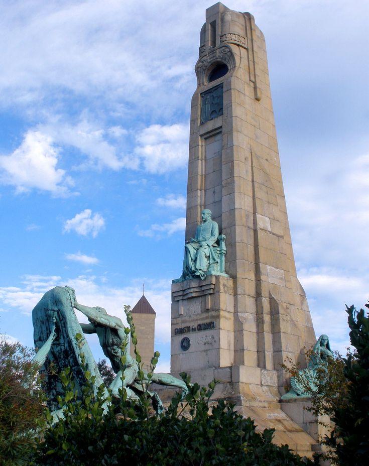 MONUMENTO A EVARISTO CHURRUCA (1841-1917), Las Arenas.  Obra de Miguel García  de Salazar (1877-1959),  inaugurada el 25 de octubre de 1939.  Consta de un monolito con la estatua sedente de Churruca, alrededor del cual un grupo escultórico  de bronce simboliza la lucha del hombre contra  el mar.