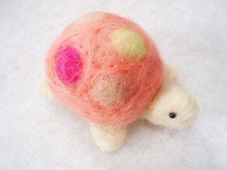 羊毛フェルトで作ったピンクッションです。赤ちゃんサイズの可愛いカメさん。甲羅にドット柄をカラフルにしてみましたので見る角度によっていろいろ楽しめます。丸くコロ...|ハンドメイド、手作り、手仕事品の通販・販売・購入ならCreema。