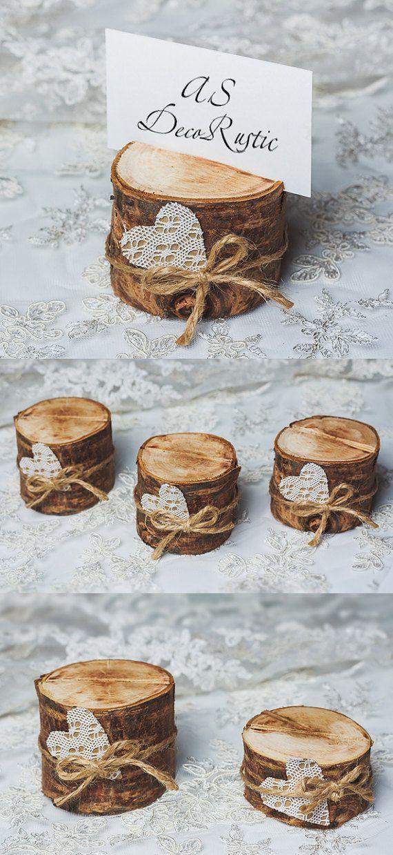 Diese Kirschbaum-Card-Inhaber für Tischnummern Spitze Herz mit Schnur im rustikalen Stil sind perfekt für die natürliche Umgebung, die Sie suchen. Set von 10 Holz Inhaber von dunklen Kirschbaum. Diese Stümpfe, um Ihre Hochzeit Tischnummern, Menükarten, Schilder, Fotos, Postkarten und