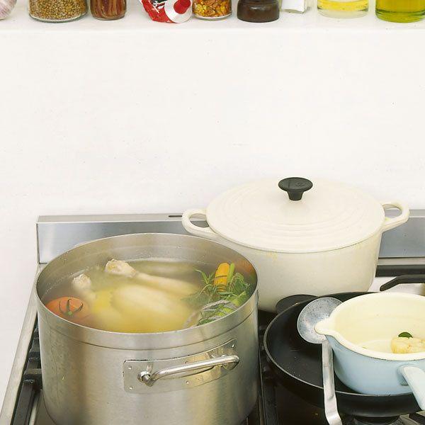 Ein Suppenhuhn hat mehr Aroma in Fleisch und Knochen, denn es darf auch einige Zeit länger wachsen als ein Brathähnchen.