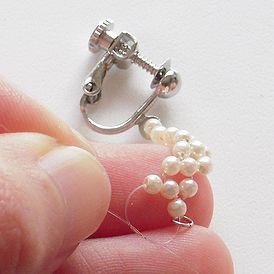 小粒パールの可憐さが好きです!普通のネジバネイヤリングをフープっぽくアレンジしています。...