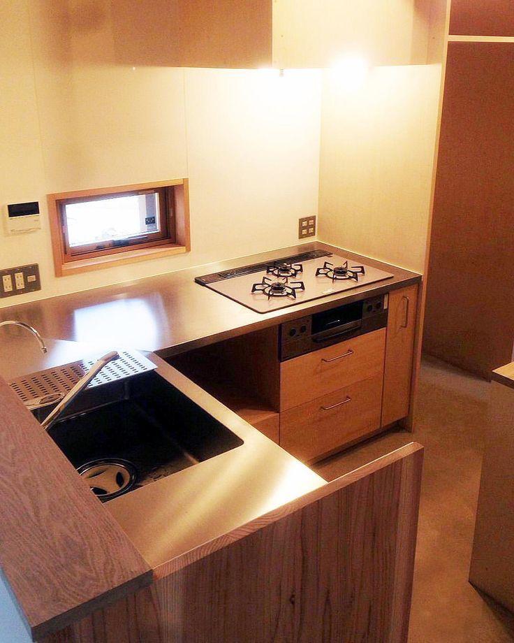 いいね!216件、コメント2件 ― oguma LLCさん(@oguma_llc)のInstagramアカウント: 「愛知県のお宅のコンパクトなL字型のキッチン。シナ合板とステンレスを使い、ローコストに抑えました。シンクの下はゴミ箱スペースです。こちらのお宅の住宅設計は愛知県の神谷建築スタジオ様です。…」