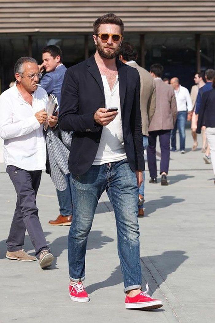Blazer com camiseta está sempre em alta no street style.