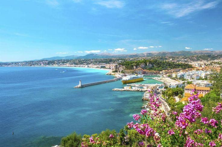 Die französische Riviera, auch Côte dAzur, reicht von den Süd-Alpen im Norden bis zum Mittelmeer im Süden und verwöhnt Urlauber mit mildem Klima, mondänem Flair und kulinarischen Genüssen.