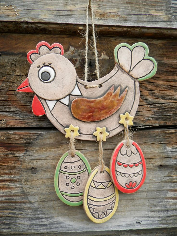 Slepička s vajíčky na pověšení Krásná, originálníručně vyráběná keramická slepička na zavěšení.