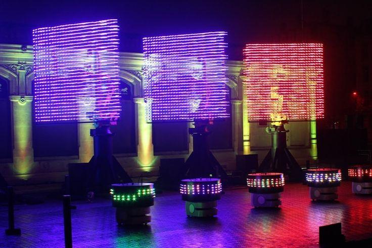 Lyon - Fête des lumières 2016 : Place Bellecour, les robots n'ont certes pas pris le pouvoir, mais ils organisent une fête endiablée ! Au son et aux lumières de DJ incarnés par d'immenses bras articulés, des petits robots virevoltent dans une chorégraphie qui respire la bonne humeur. ©  Jennifer Durand
