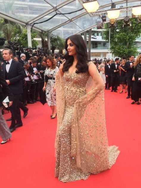 Cannes 2016: Gorgeous Aishwarya Rai Bachchan Walks The Red Carpet at the International Film Festival | PINKVILLA