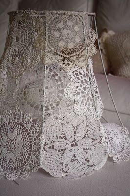 How to Cover a Lampshade Frame with Doilies - translation is not easy to decipher, but this is an awesome project - bardoczeva: Csipkés lámpa mese