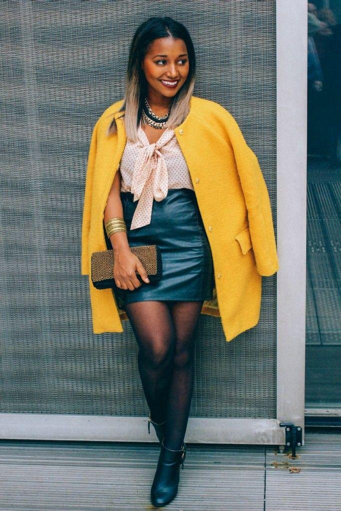 Look sexy : Manteau jaune, top fluide à pois rose , jupe en simili cuir noir et bottines en cuir noir / Sexy Look : Yellow coat , red dots top, faux leather skirt