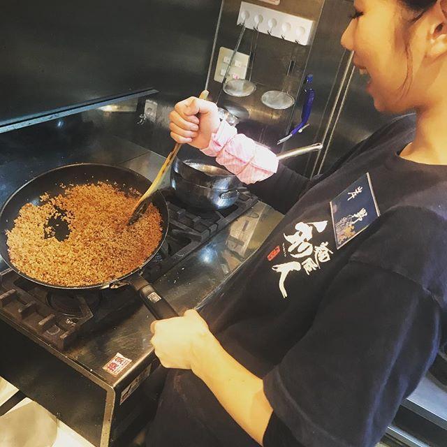 こんにちわ! 和人の油そばやチャーシュー丼に使われるこの肉そぼろは毎朝オリジナルの味付けで作ってます! 甘辛い味付けになってますので、このそぼろが使われているチャーシュー丼などお食べください!  #大阪#天王寺#ランチ#夜ご飯#ラーメン#和人#肉#そぼろ#油そば#チャーシュー丼#毎朝#手作り#美味しい#甘辛