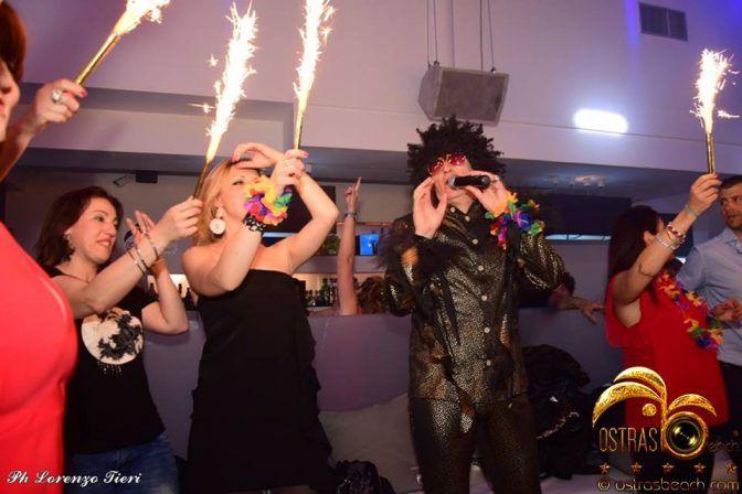 """Ostras Viareggio: foto """"Una festa a 90 all'ora"""": Ostras Viareggio: feste a tema in Versilia. L'Ostras Beach Club di… #DiscotecheVersilia"""