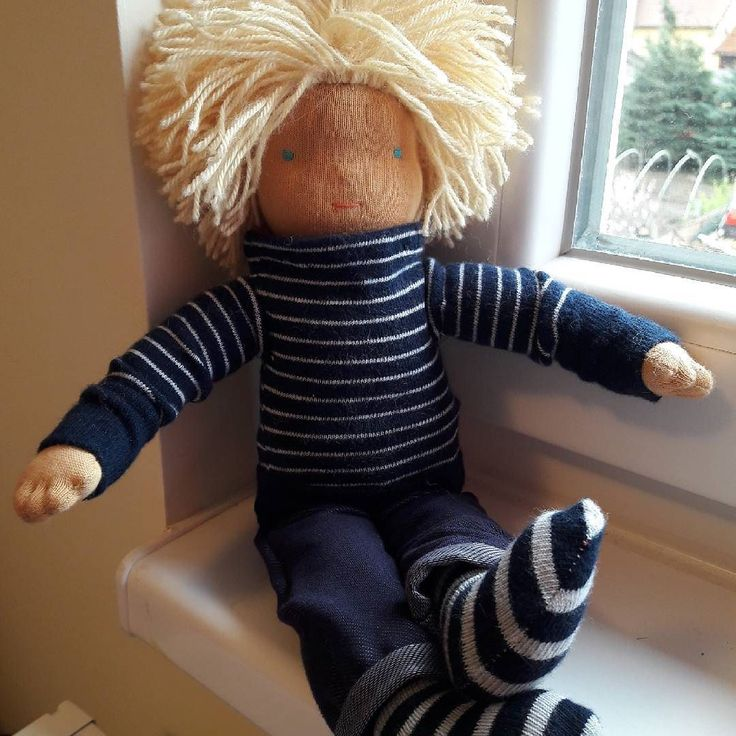 .... and here is the handsome owner of the fingers.  . . . .  #customdoll #waldorfdoll #dollsewing  #waldorfinspired #blondeboy #steinerdoll #waldorf #slowlife #dollforboys #doll #waldorfbaba #babavarrás