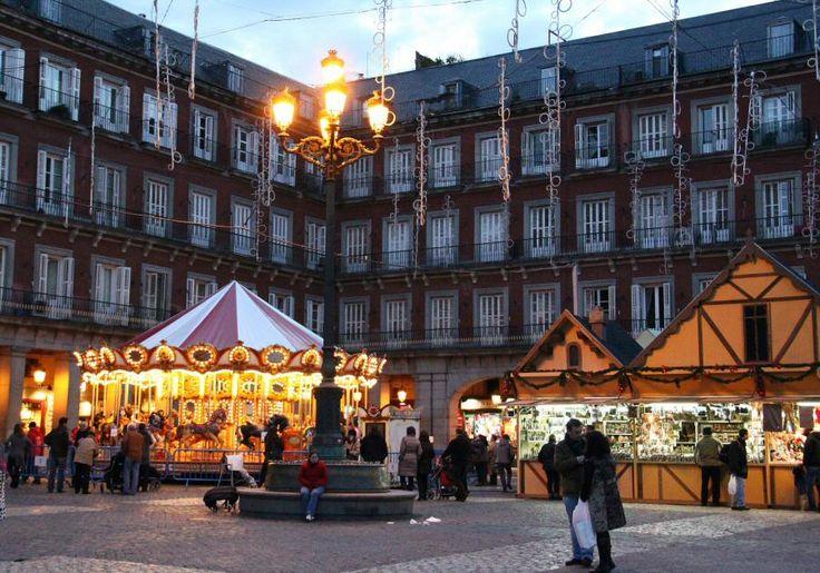 http://guias-viajar.com/madrid/ Mercadillo de #Navidad en la plaza Mayor en #Madrid