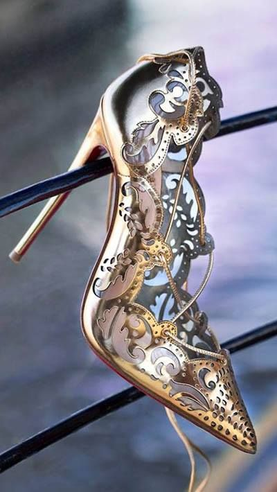 Christian Louboutin's Impera pumps ~ I'd never be able to wear it, but what a pretty shoe! ♥