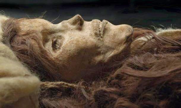 Bellezza di Loulan -Con il termine Mummie del Tarin ci si riferisce a un gruppo di mummie, di diverse epoche e condizioni, rinvenute nella valle del fiume Tarin, presentano caratteristiche caucasiche (capelli biondi o biondo-rossicci) in netto contrasto con le popolazioni mongole dominanti. Costituiscono quindi una documentazione importante per determinare la diffusione dei diversi gruppi etnici nei continenti in età preistorica Cerca con Google