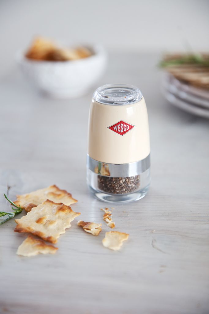 The medium-sized spice grinder can be used for salt, pepper, dried herbs, spice blends etc. With its height of just 10 cm it is very easy to handle.