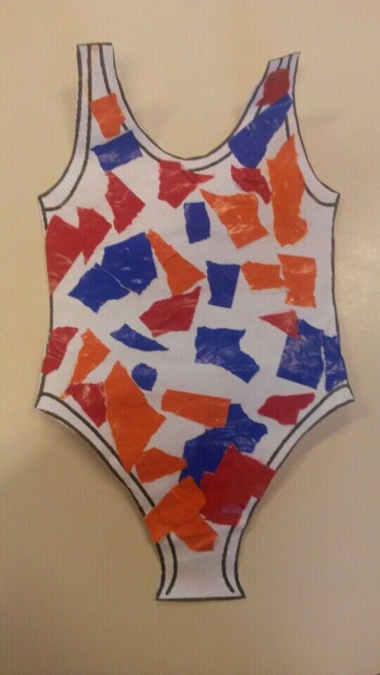 Thema zomer 2014: de meisjes hebben een badpak beplakt met gescheurd papier. De jongens een zwembroek.