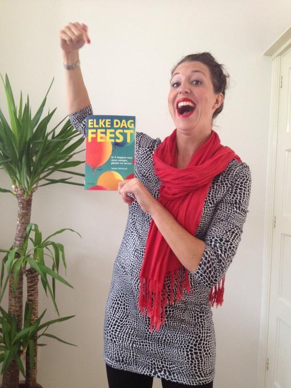 Eer van ons werk. Zo blij en trots is Susan Amoraal met haar boek 'Elke dag feest'. Nu alleen nog de slingers ophangen en de ballonnen opblazen....  #elkedagfeest #susanamoraal #futurouitgevers
