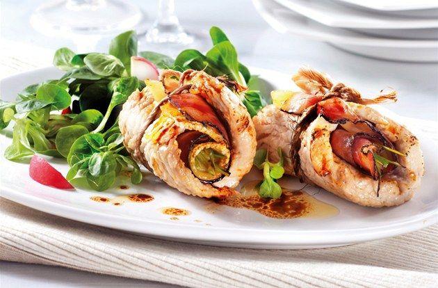 Mnoho z nás se při přípravě masitých pokrmů docela zbytečně drží zažitých stereotypů v domnění, že hodit plátek masa na pánev je nejrychlejší a nejefektivnější. Nepodceňujte rolády nebo závitky - nezaberou vám o moc víc času, zato spojení masa a dalších ingrediencí jako sýr, špenát nebo sušená rajčata posune váš chuťový zážitek do jiné dimenze.