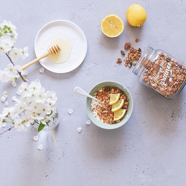 La petite gourmandise du matin qui te fait sortir du lit  C'est le granola de saison citron bergamote, gingembre de @mangetesgraines et c'est beaucoup trop bon  Il est fait artisanalement par Julie et il croustille à souhait. En plus, il peut être livré dans un bocal en verre et je trouve ça top pour ceux qui font attention à leurs déchets. Ce sera dans mes petites douceurs du printemps, ça c'est sûr ! #passiongranola