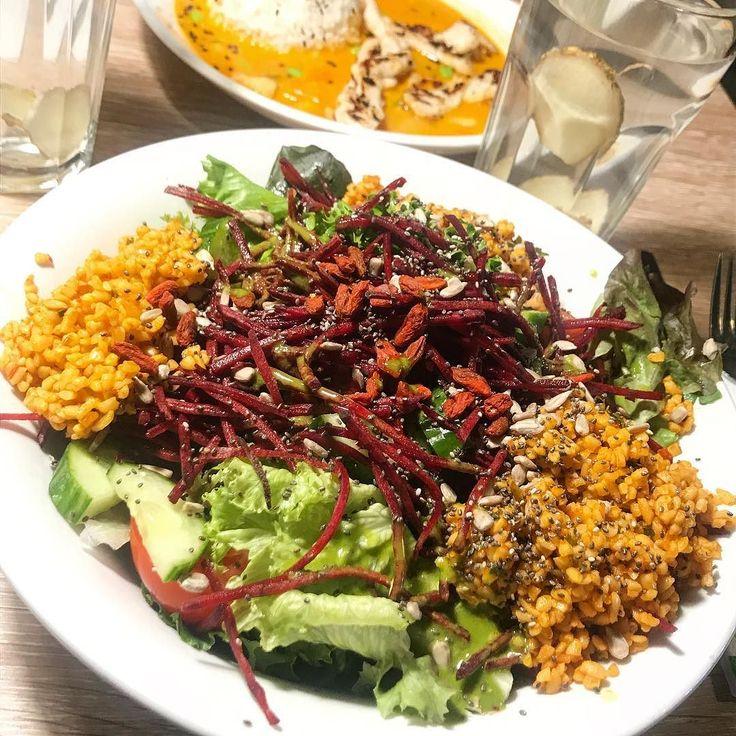 Heute gabs dann noch einen leckeren Salat bei @dean_and_david mit meiner Maus @healthy_family_blog ! Veganer Bulgur Salat mit rote Beete und Gojibeeren. Tolle Kombi Ich bin eine echte Salatliebhaberin! 3/4 meines Kühlschrankes besteht aus Gemüse und Salat ! Weil ich eh am Alex war habe ich die Chance genutzt und bei Edeka für  @leckerlizza Nachschub gesorgt ! So jetzt gehts ab nach Hause! Morgen wird wieder fleißig gearbeitet ! Habt einen schönen Abend  . . . #deananddavid #cleaneating…