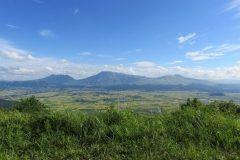 阿蘇の大観峰は嵐が出ているJAL先得のCMのロケ地になったことで話題の場所なんだ どこまでも広がる阿蘇の山並みを一望できることでライダー達に人気のスポットでもあるね 近くには阿蘇大観峰茶店があるから阿蘇の雄大な自然を眺めながら食事するのもいいよ 初日の出が綺麗に見える場所でもあるから元旦に来るのもおすすめ tags[熊本県]