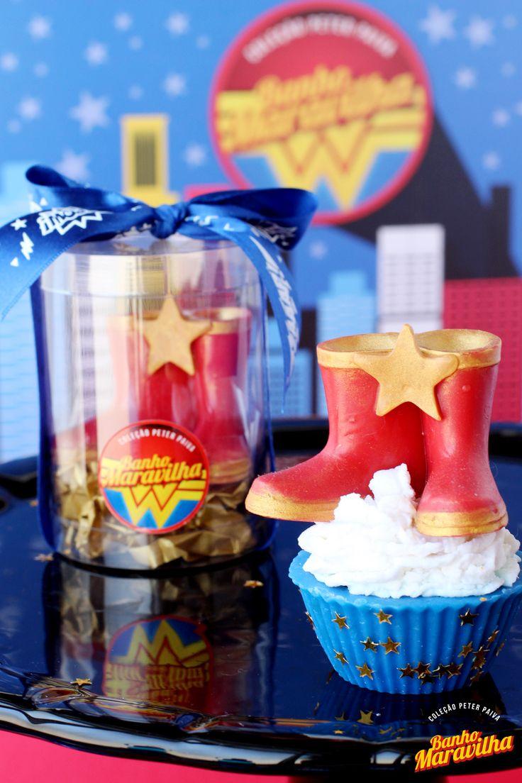 Cupcake - Inspirado na heroína mais poderosa das histórias em quadrinhos mundial, esta coleção ficou inacreditável! A Mulher Maravilha foi o mote para uma linha rica, criativa e vibrante; o perfume escolhido foi 40% Lolita, 30% Colors, 20% Algodão Doce e 10% Laranja Lima; os ativos escolhidos foram Extrato de Mel, Manteiga de Cacau, Óleo de Coco de Babaçu e Amêndoas.